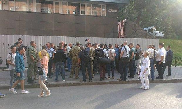Около киевского офиса «Интера» собрались активисты