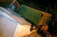 В Харькове ЗИЛ упал на крышу жилого дома