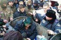 Харьковские активисты бросили депутата в мусорный бак и разошлись