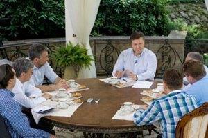 У Януковича на полке стоит несколько Конституций