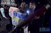 Януковича в Вильнюсе ждут с гигантской ручкой (добавлено ВИДЕО)
