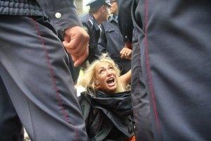 """Полуголая активистка FEMEN выбежала на поле НСК """"Олимпийский"""""""