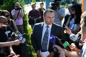 """Під парканом """"Межигір'я"""" журналістів зустрів """"Беркут"""""""
