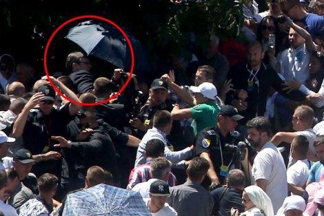 Премьера Сербии забросали камнями в Сребренице