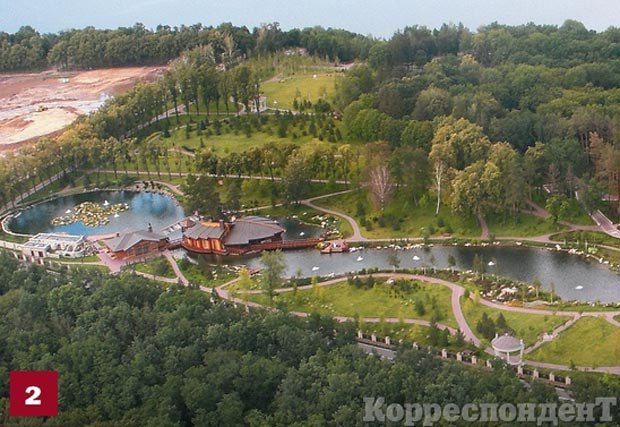 Декоративные бассейны. Всего на территории Межигорья три бассейна с фонтанами и островком