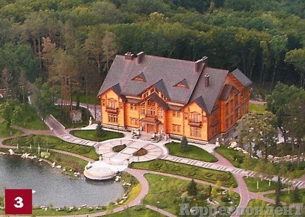 В проекте застройки Межигорья это огромное здание называют административным корпусом с помещениями для приема гостей, их оздоровления и отдыха. У дома, судя по фотографиям, пять этажей - три деревянных. И два каменных.