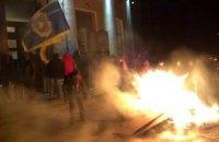 В Черкассах митингующие сжигают имущество ОГА