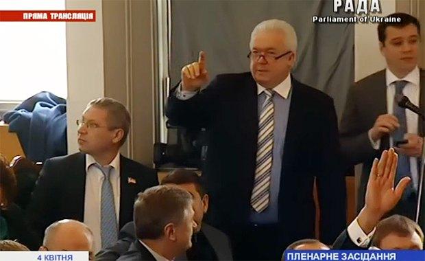 Владимир Олийнык подсчитывает голоса депутатов