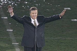 В Донецке Янукович не только праздновал, но и работал