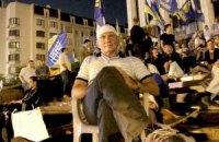 Защитники украинского языка провели ночь под Украинским домом