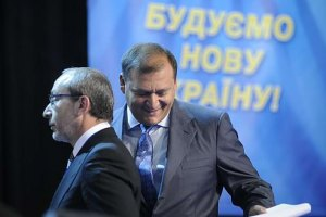 """Добкина и Кернеса встретили у могилы плакатом """"Встаньте, павшие, идут предатели!"""""""