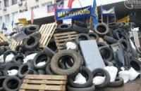 В Мариуполе сепаратисты обнесли мэрию колючей проволокой и выстроили вокруг нее двухметровые баррикады