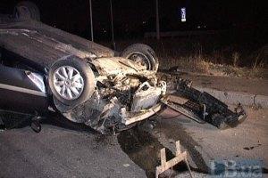ДТП в Киеве: автомобиль на большой скорости наехал на бордюр и перевернулся