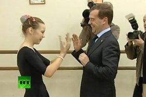 Дети заставили Медведева танцевать
