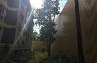 Глава госпредприятия оградил особняк в Буче 13-метровым забором