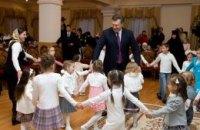 Янукович пообещал настроить в Украине детских садов