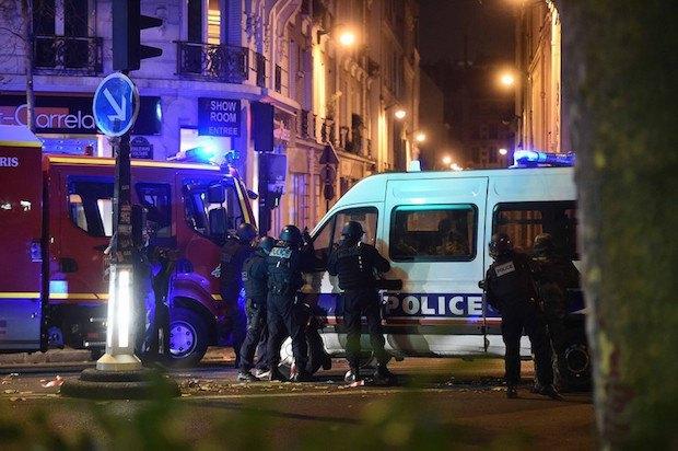 Полицейские возле концертного зала Батаклан, где держат заложников