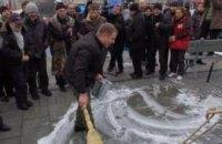 После Януковича и Азарова Майдан вымыли с мылом
