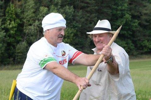 Лукашенко обучил Депардье навыкам ручной косьбы