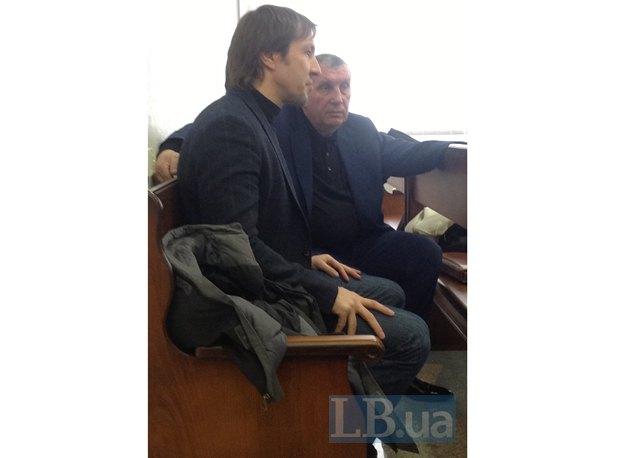 Старший сын Щербаня Евгений и Владимир Щербань общаются во время перерыва