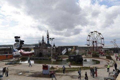 Бенксі передасть табору біженців будматеріали з парку Dismaland