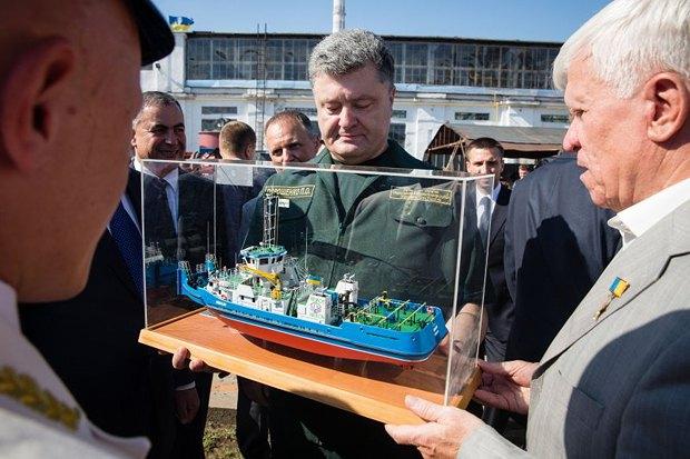 Президент Украины Петр Порошенко и Алексей Вадатурский держат макет буксира «Nibulon-6» на территории завода «Нибулон» в Николаеве в августе 2014 года