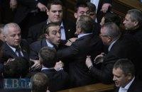 Оппозиция вновь ринулась в президиум (ДОБАВЛЕНЫ ФОТО)