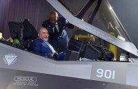 Министр обороны Израиля первым сел за штурвал новейшего истребителя F-35