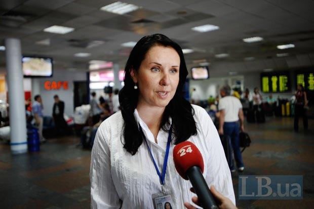 Оксана Ожигова, пресс-секретарь аэропорта, говорит о телефонном номере для помощи пассажирам (044) 393-43-71