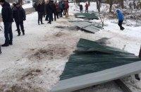 Местные жители снесли строительный забор на улице Навои в Киеве