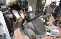 В милицию у Рады бросили взрывчатку: десятки раненых (обновлено)