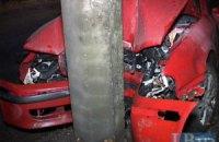ДТП в Киеве: из-за скользкой дороги после дождя Skoda врезалась в столб
