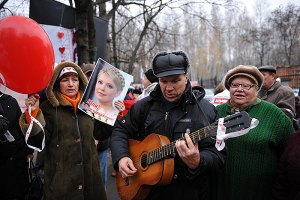 Сторонники Тимошенко целую ночь поздравляли своего лидера