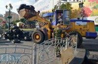 Коммунальщики разбирают баррикады на Майдане