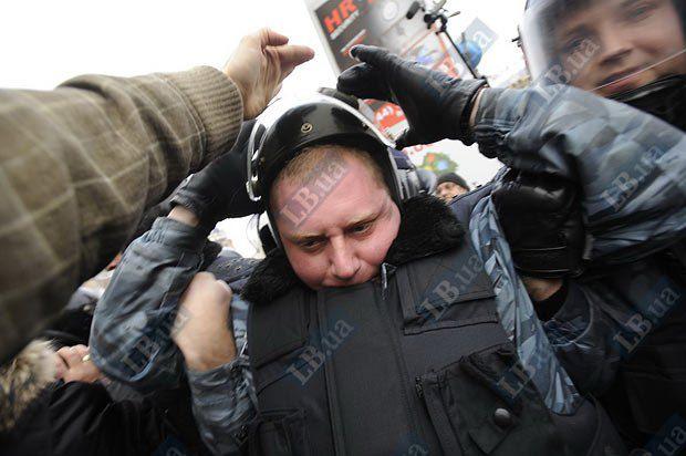 Один из правоохранителей, участвовавший в потасовке с журналистами