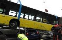 В Турции автобус расплющил несколько автомобилей