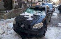 В Киеве упавшая с крыши глыба льда разбила два автомобиля