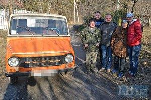Пенсионеры из-под Фастова подарили военным в АТО автомобиль