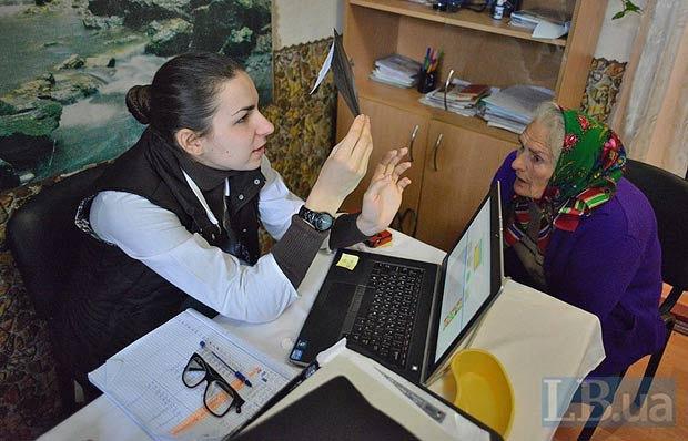 Пацієнтка на прийомі в лікаря Софії з ПДМШ в селі Панівці, Хмельницької області