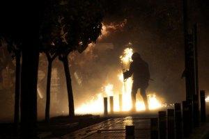 В Афинах протестующие забросали полицию коктейлями Молотова
