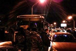 """Участники Автомайдана спустили колеса в заблокированных автобусах """"Беркута"""""""