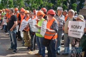 У Киевсовета митингуют защитники ТЦ на Осокорках, свободовцы прорываются на сессию (обновлено)