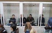 Экс-беркутовцев, обвиняемых в расстреле на Институтской, попытались облить кровью в суде