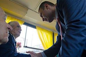 Кличко покатался с ветеранами на ретро-трамвае