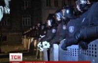 """""""Беркут"""" возле АП держит в руках белые хризантемы"""