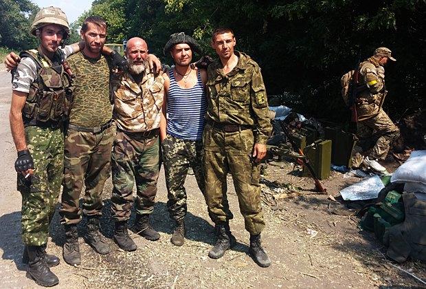 Четвертый слева, в тельняшке - Петр Тенигин