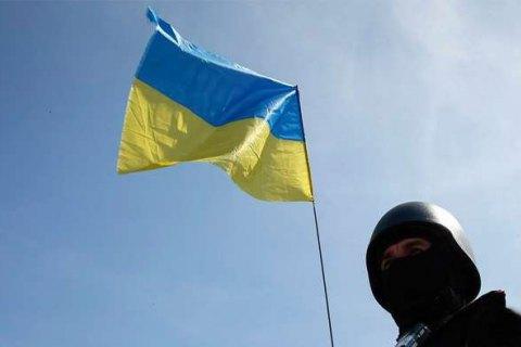 Разведчик установил украинский флаг всамой «горячей» точке Марьинки