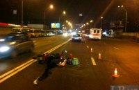 В Киеве  автомобиль сбил скутериста и скрылся с места аварии