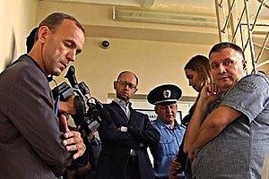 Яценюку с коллегами удалось попасть к Тимошенко