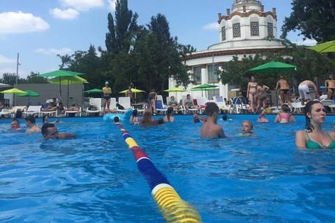 В Киеве на ВДНХ открылся летний бассейн